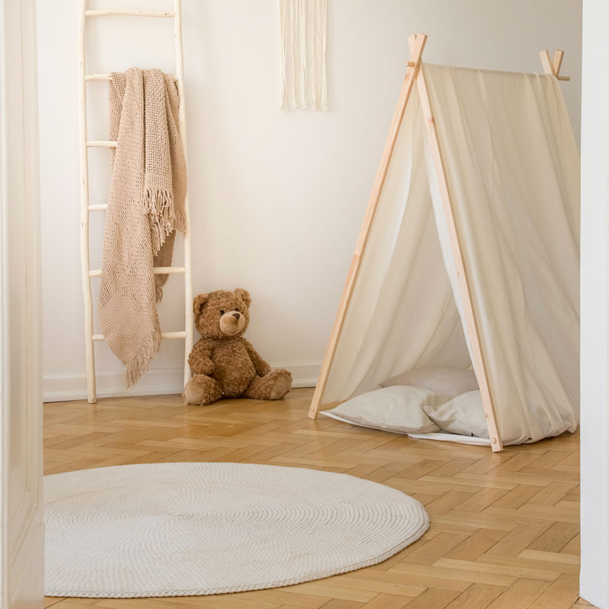 Spielzelt mit Teddybär im Schlafzimmer