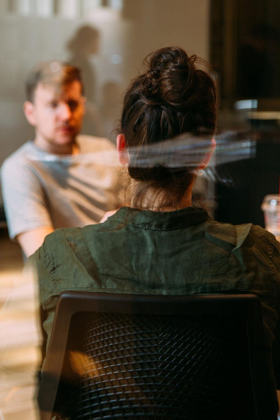 Junger Mann beim Vorstellungsgespräch im Besprechungsraum eines Unternehmens.