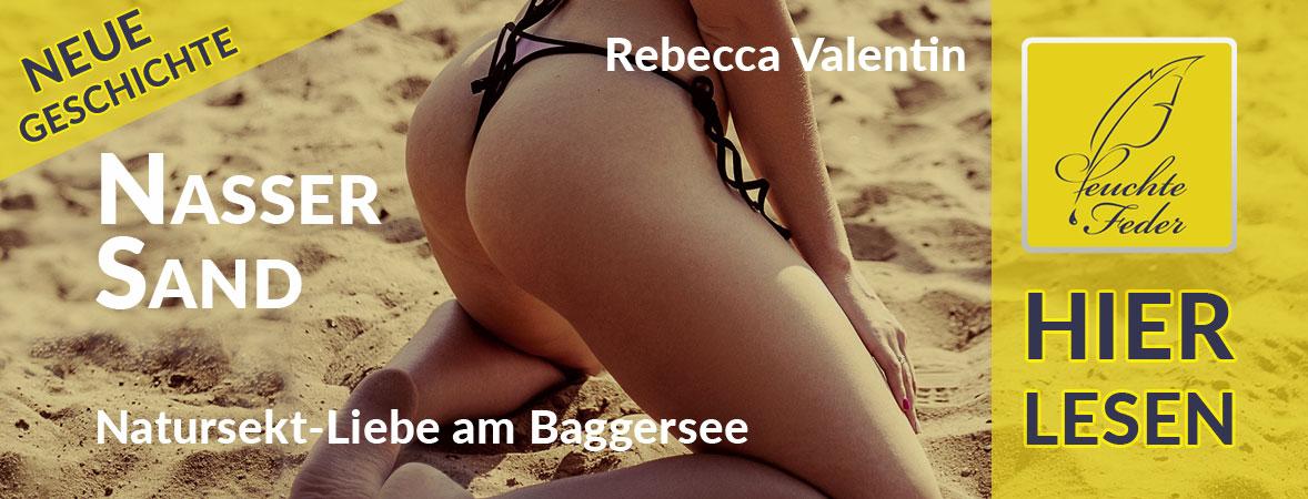 """Symbolbild zu """"Nasser Sand"""": Junge Frau mit Bikini kniet im Sand."""