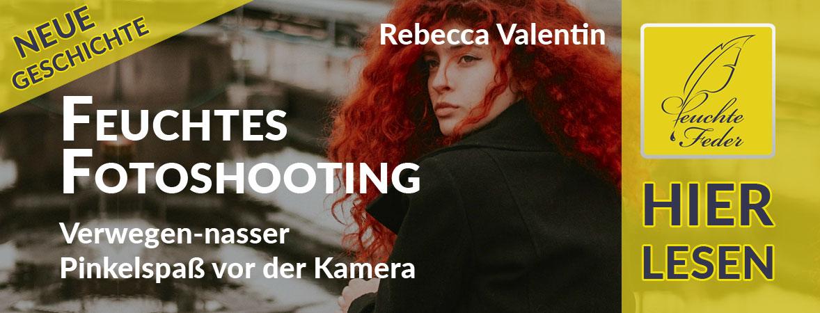 """Symbolbild zu """"Feuchtes Fotoshooting"""": Model pinkelt sich in einer Pfütze sitzend heimlich in die Hose."""